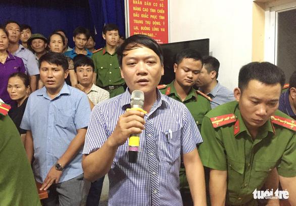 Dân 'vây' trụ sở xã yêu cầu khẩn trương cứu 9 ngư dân mất tích - Ảnh 6.