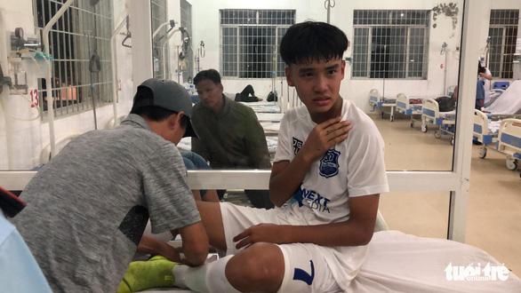 Cầu thủ U17 Hoàng Anh Gia Lai gãy xương đòn trong trận ra quân - Ảnh 3.