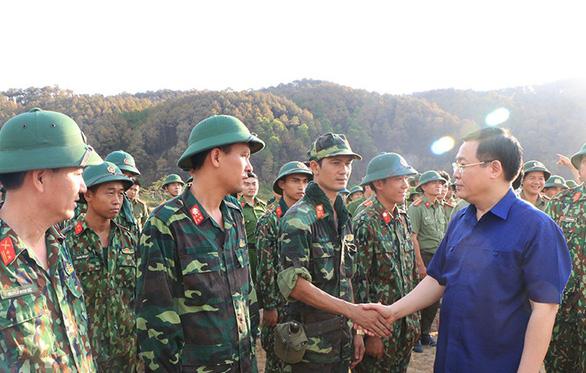 Kiểm lâm, công an, bộ đội, dân quân tự vệ cùng chống cháy rừng ở Hà Tĩnh - Ảnh 2.