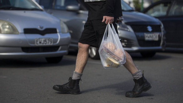 New Zealand bắt đầu cấm túi nhựa, phạt đến 67.000 USD - Ảnh 1.