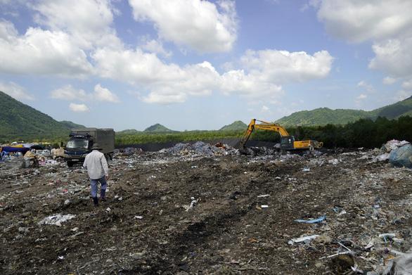 Đem chất thải nguy hại đặc biệt chôn lấp chung với rác thải sinh hoạt - Ảnh 1.
