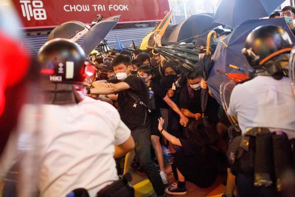 Người Hong Kong dọa tiếp tục biểu tình dù dự luật dẫn độ đã chết - Ảnh 1.