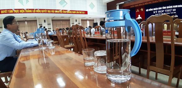 Quảng Nam: Bắt đầu dùng bình thủy tinh thay cho chai nhựa trong kỳ họp - Ảnh 1.