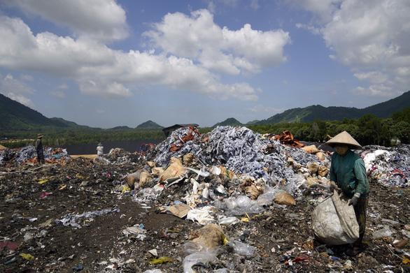 Đem chất thải nguy hại đặc biệt chôn lấp chung với rác thải sinh hoạt - Ảnh 4.