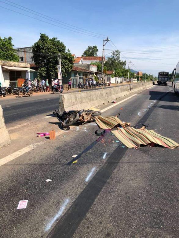 Hai vợ chồng bị xe cán chết vì băng qua quốc lộ bằng lối mở tự phát - Ảnh 1.