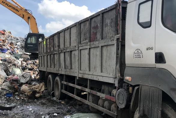 Đem chất thải nguy hại đặc biệt chôn lấp chung với rác thải sinh hoạt - Ảnh 2.