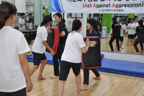 Cảnh sát Hàn Quốc dạy võ tự vệ cho cô dâu nước ngoài - Ảnh 3.