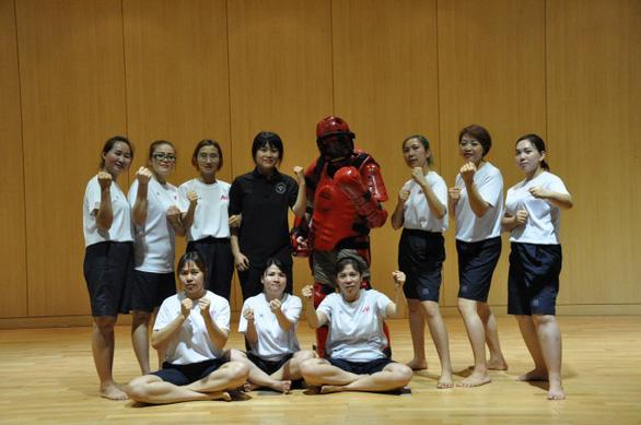 Cảnh sát Hàn Quốc dạy võ tự vệ cho cô dâu nước ngoài - Ảnh 2.