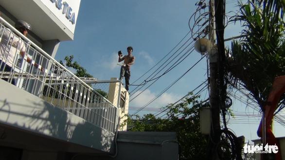 Cả trăm cảnh sát bao vây thanh niên ngáo đá cầm dao làm xiếc trên nóc nhà suốt 3 giờ - Ảnh 5.