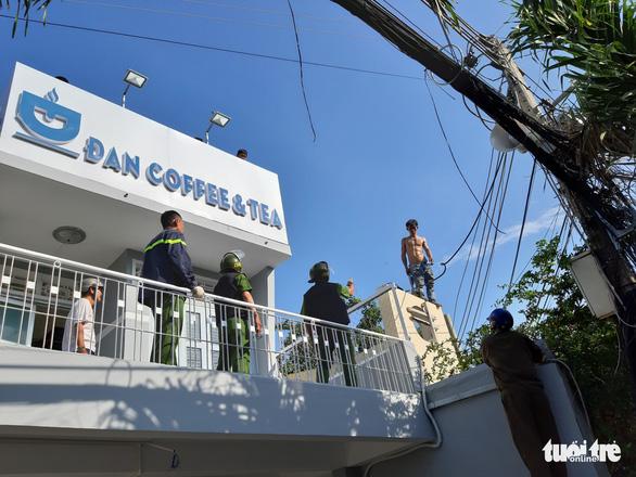 Cả trăm cảnh sát bao vây thanh niên ngáo đá cầm dao làm xiếc trên nóc nhà suốt 3 giờ - Ảnh 4.