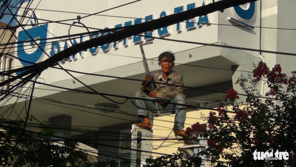 Cả trăm cảnh sát bao vây thanh niên ngáo đá cầm dao làm xiếc trên nóc nhà suốt 3 giờ - Ảnh 3.