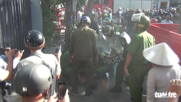 Cả trăm cảnh sát bao vây thanh niên ngáo đá cầm dao làm xiếc trên nóc nhà suốt 3 giờ - Ảnh 6.