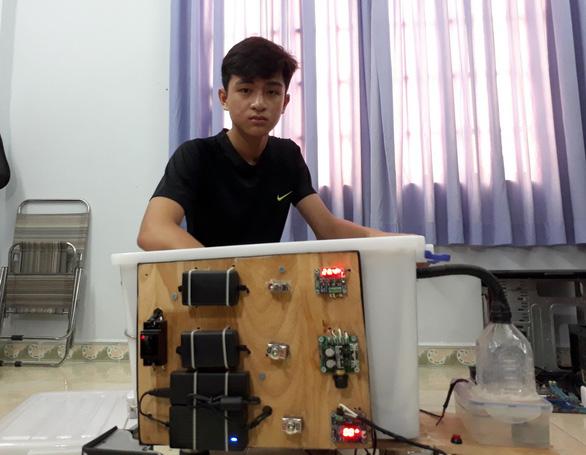 Cậu học trò lớp 9 học lóm, lén thức đêm làm máy ấp trứng - Ảnh 1.