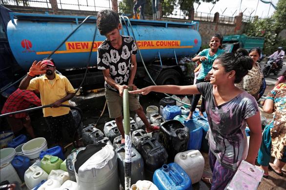 Hạn hán kéo dài, bác sĩ Ấn Độ phải mua nước để phẫu thuật - Ảnh 1.