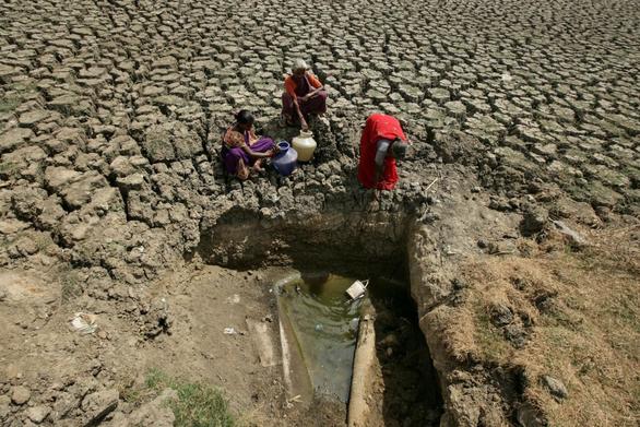 Hạn hán kéo dài, bác sĩ Ấn Độ phải mua nước để phẫu thuật - Ảnh 2.