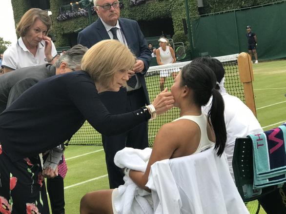 Đôi nữ Thái Lan bỏ cuộc ở Giải trẻ Wimbledon vì bị đánh bóng trúng... mặt - Ảnh 2.
