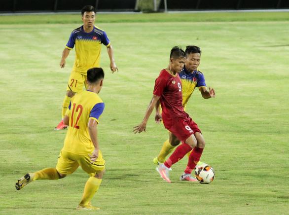 U23 Việt Nam thắng sát nút U18 tỉ số 1-0, HLV Park nhiều lần... lắc đầu  - Ảnh 1.