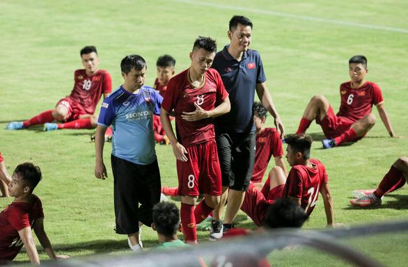U23 Việt Nam thắng sát nút U18 tỉ số 1-0, HLV Park nhiều lần... lắc đầu  - Ảnh 2.