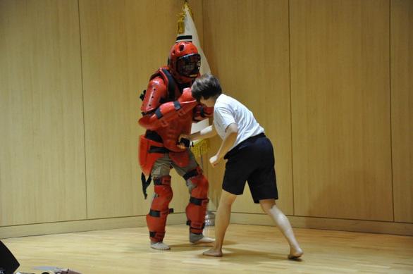 Cảnh sát Hàn Quốc dạy võ tự vệ cho cô dâu nước ngoài - Ảnh 1.