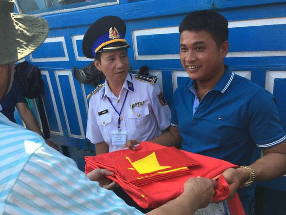 Cứu 32 ngư dân Trung Quốc trên vùng biển Trường Sa - Ảnh 1.