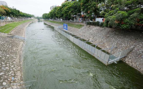 Hồi sinh sông Tô Lịch bằng nước hồ Tây: Chỉ giảm ô nhiễm trước mắt - Ảnh 1.