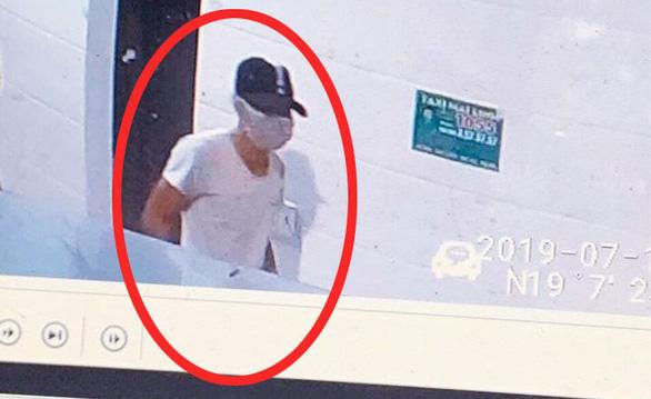 Truy tìm nghi phạm bịt mặt đâm chết nữ nhân viên bán xăng - Ảnh 1.