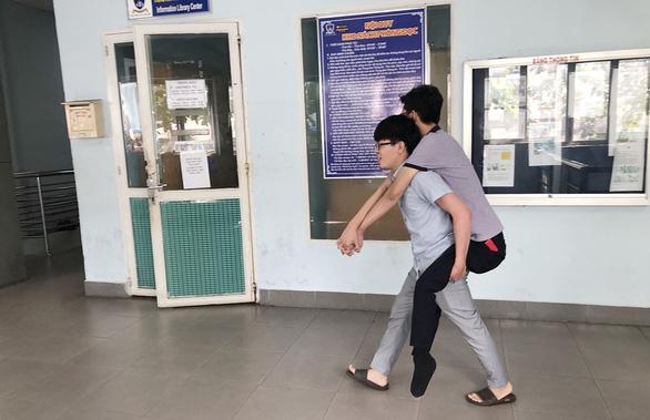Tài xế xe ôm không lấy tiền của sinh viên mất hai chân: Cho đi rồi người khác cho lại mình - Ảnh 1.