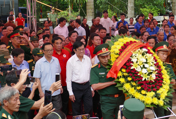 Ông Trương Tấn Sang dâng hương ở nghĩa trang liệt sĩ Vị Xuyên - Ảnh 1.