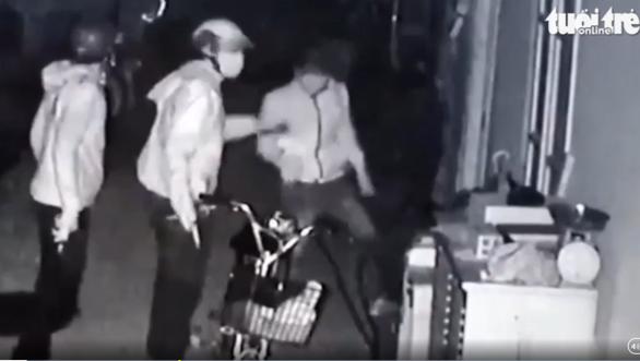 Video lăm lăm súng ngắn tấn công nhà dân ở Củ Chi là súng bắn đạn bi - Ảnh 1.