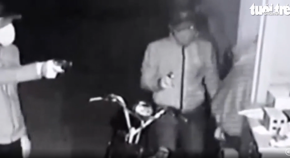 Video lăm lăm súng ngắn tấn công nhà dân ở Củ Chi là súng bắn đạn bi - Ảnh 2.