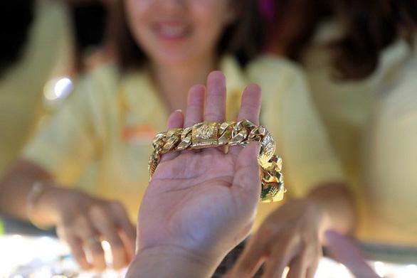Giá vàng trong nước tăng vọt sau bài phát biểu của chủ tịch FED - Ảnh 1.