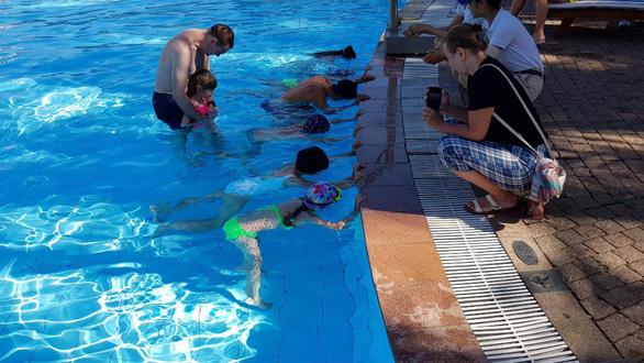 Huấn luyện kỹ năng chống đuối nước cho du khách nhí - Ảnh 3.