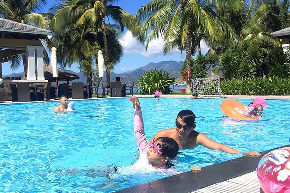 Huấn luyện kỹ năng chống đuối nước cho du khách nhí - Ảnh 7.