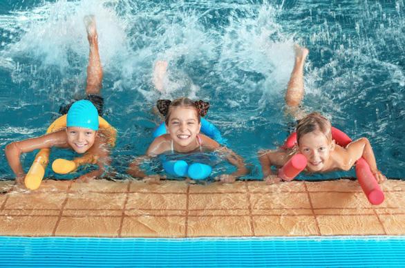 Huấn luyện kỹ năng chống đuối nước cho du khách nhí - Ảnh 2.