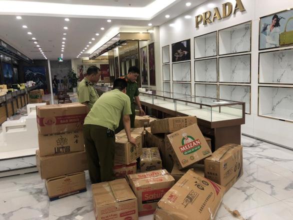 100 tỉ đồng hàng nhái bán giá hàng hiệu trong một cửa hàng lưu niệm - Ảnh 2.