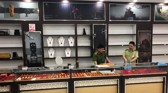 100 tỉ đồng hàng nhái bán giá hàng hiệu trong một cửa hàng lưu niệm - Ảnh 1.