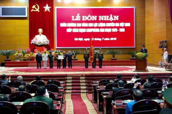 Lực lượng chuyên gia Việt Nam giúp cách mạng Campuchia nhận Huân chương Sao Vàng - Ảnh 1.