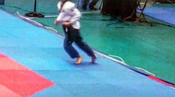 VĐV ra khỏi thảm, té khi đi quyền taekwondo vẫn huy chương vàng - Ảnh 1.