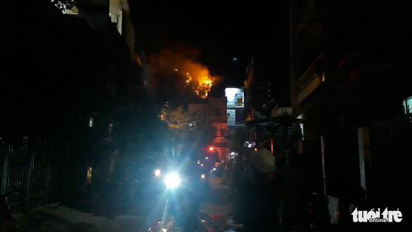 Cháy lớn núi Bà Hỏa, khẩn cấp di tản dân trong đêm - Ảnh 2.