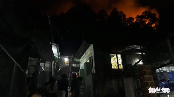 Cháy lớn núi Bà Hỏa, khẩn cấp di tản dân trong đêm - Ảnh 6.