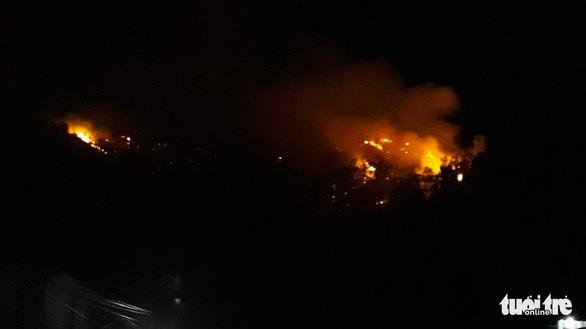 Cháy lớn núi Bà Hỏa, khẩn cấp di tản dân trong đêm - Ảnh 3.
