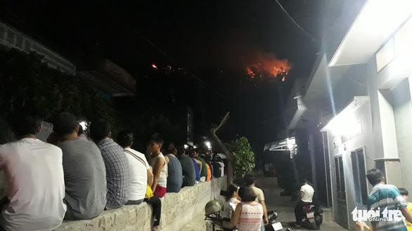 Cháy lớn núi Bà Hỏa, khẩn cấp di tản dân trong đêm - Ảnh 5.