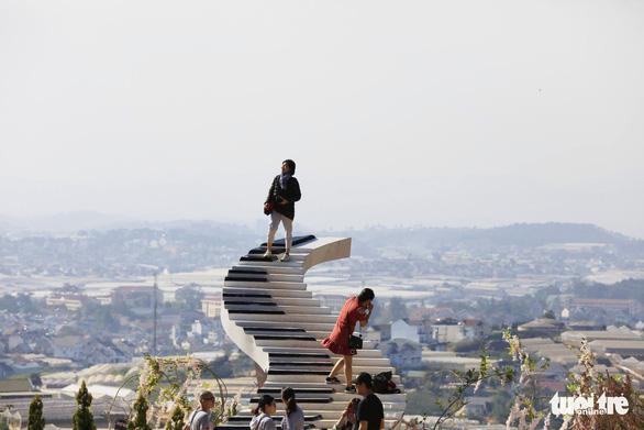 Nấc thang lên thiên đường nổi tiếng ở Đà Lạt bị buộc leo xuống: tháo dỡ - Ảnh 1.