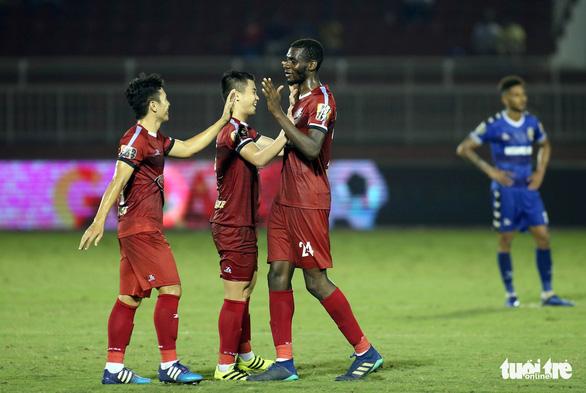 Thắng B.Bình Dương, CLB TP.HCM tiếp tục đua vô địch với Hà Nội - Ảnh 1.