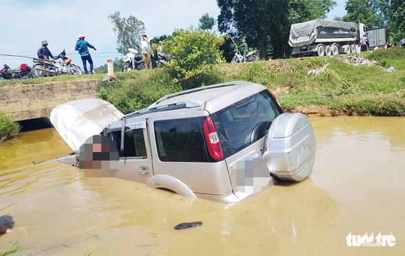 Xe 7 chỗ lật xuống mương, tài xế chết nghi do bị thương và ngạt nước - Ảnh 1.