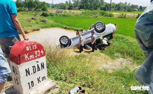 Xe 7 chỗ lật xuống mương, tài xế chết nghi do bị thương và ngạt nước - Ảnh 2.