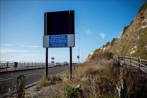 Biển báo giao thông đường bộ 9 thứ tiếng tại Anh - Ảnh 1.