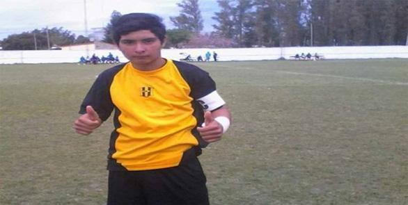 Thủ môn 17 tuổi người Argentina bị đột tử trên sân sau khi  dùng ngực cản phá phạt đền - Ảnh 1.