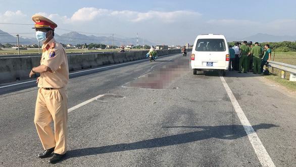 Xe tông người đi bộ, nghi nhiều ôtô cán qua người nạn nhân - Ảnh 1.