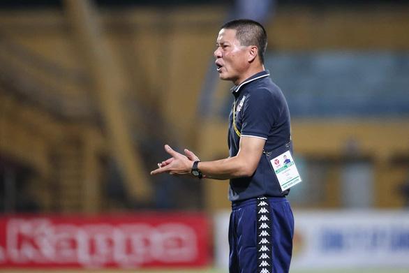Hà Nội bị gỡ hòa 2-2, HLV Chu Đình Nghiêm tính xông vào sân gặp trọng tài - Ảnh 1.